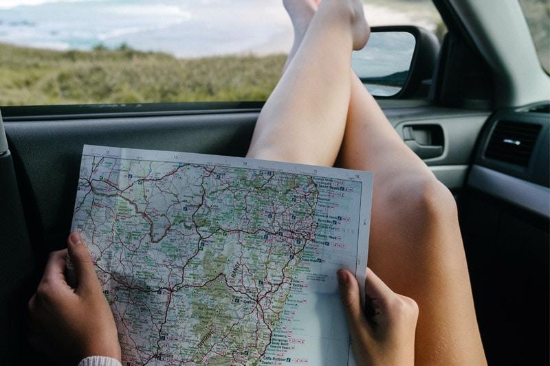 kobieta w samochodzie z mapą